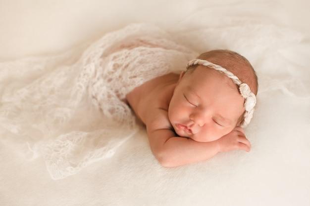 Bebé dormido sobre sus brazos