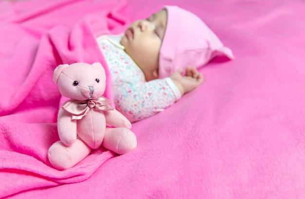 El bebé duerme con un oso. enfoque selectivo. personas.