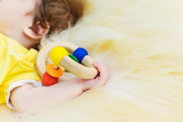 Bebé durmiendo con un juguete en la mano