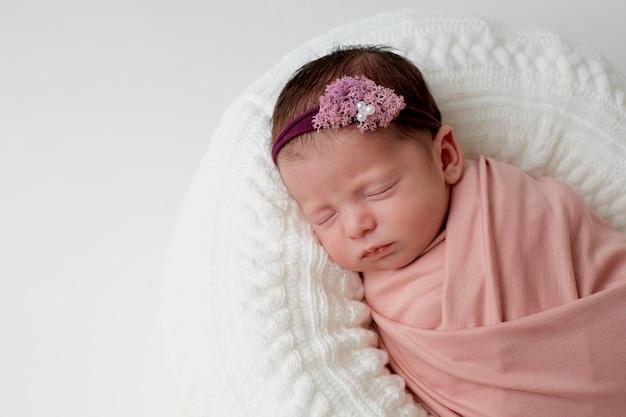 Bebé durmiendo sobre almohada
