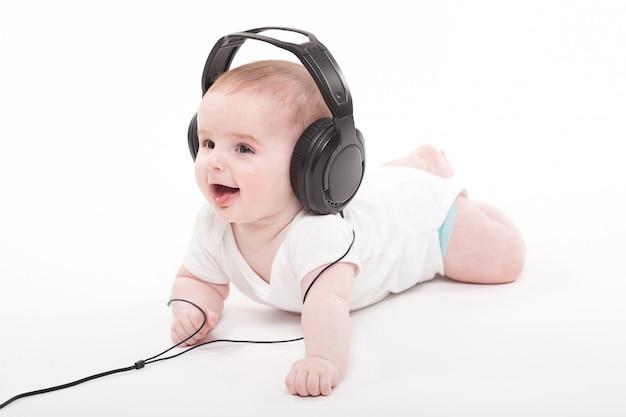 Bebé encantador con auriculares escuchando música