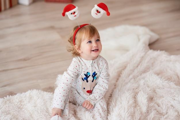 Bebé encantador en la mañana de navidad