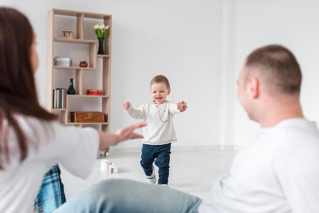 Bebé feliz y padres en casa