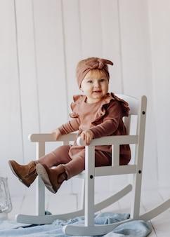 Un bebé feliz posando