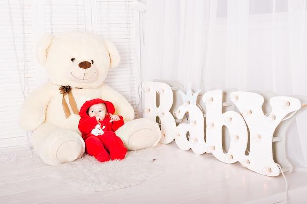 Bebé con gran oso de peluche. concepto de baby shower