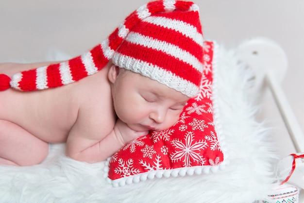 Bebé infantil durmiendo en cuna de madera