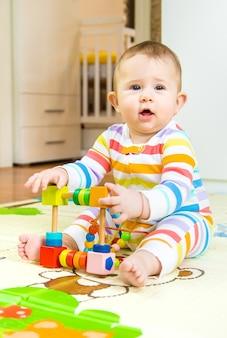 El bebé juega con un juguete educativo. enfoque selectivo. niño.