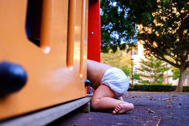 Bebé jugando en un patio de recreo.
