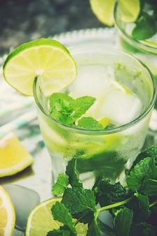 Bebe limón y menta. enfoque selectivo comida.