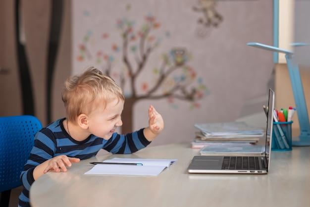 Bebé lindo que tiene clase de video o chat de video con los abuelos. concepto de comunicación a distancia de aislamiento de cuarentena