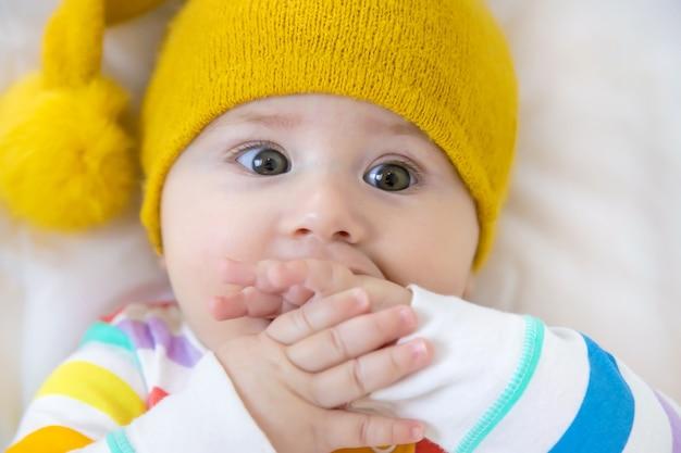 El bebé se lleva las manos a la boca
