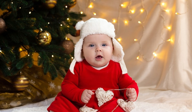 Bebé de navidad mirando a la cámara.