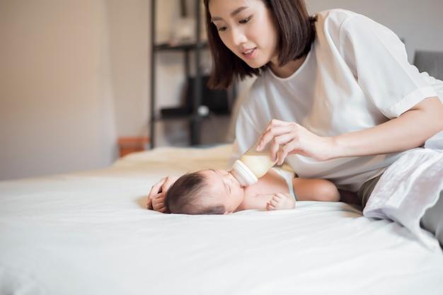 Bebé recién nacido bebe leche de su madre
