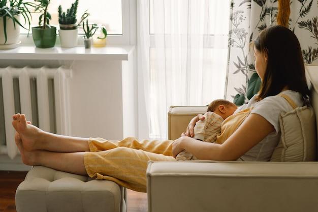 Bebé recién nacido chupando leche del pecho de las madres. retrato de mamá y bebé lactante. concepto de nutrición de lactancia materna sana y natural.