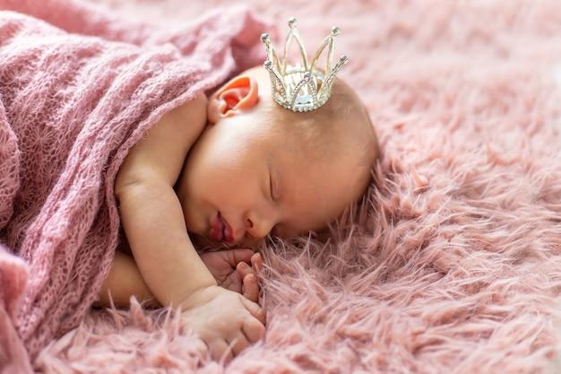 Bebé recién nacido en una corona de niña