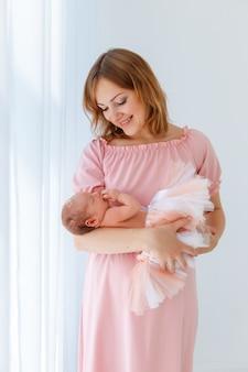 Bebé recién nacido duerme en manos de las madres