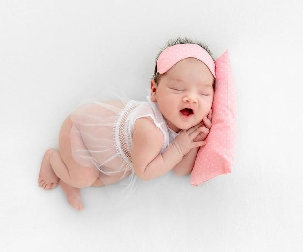 Bebé recién nacido durmiendo en una almohada pequeña