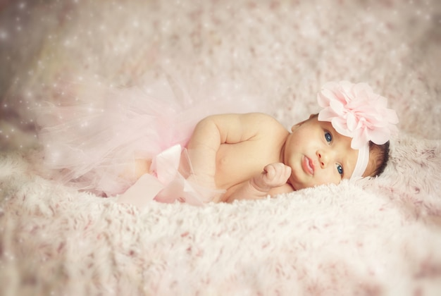 Bebé recién nacido con tutú rosa.