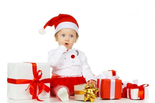 Bebé y regalo aislados en blanco