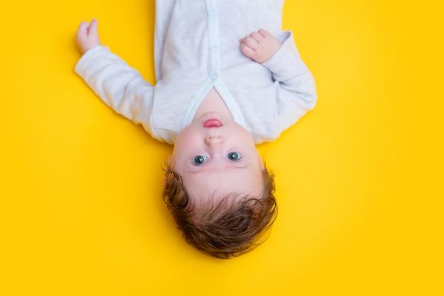 Bebé en ropa blanca