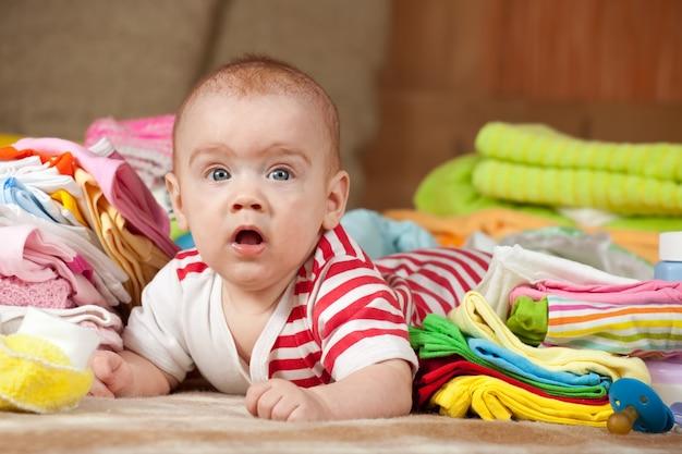 Bebé con ropa de niños