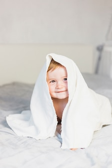 Bebé rubio con toalla