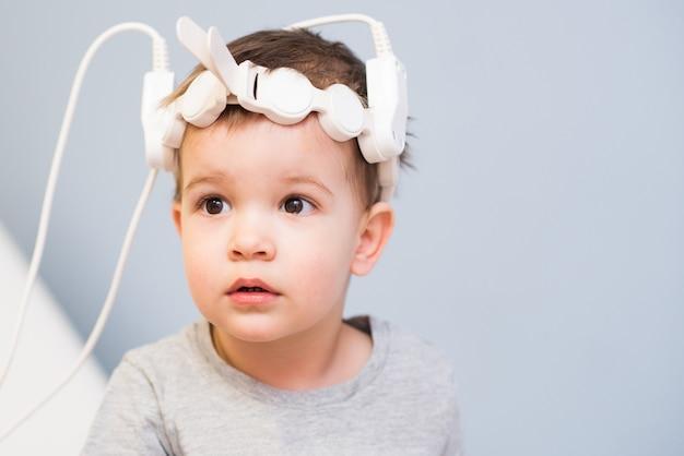 Bebé para someterse a procedimientos magnetoterapéuticos en el hospital.
