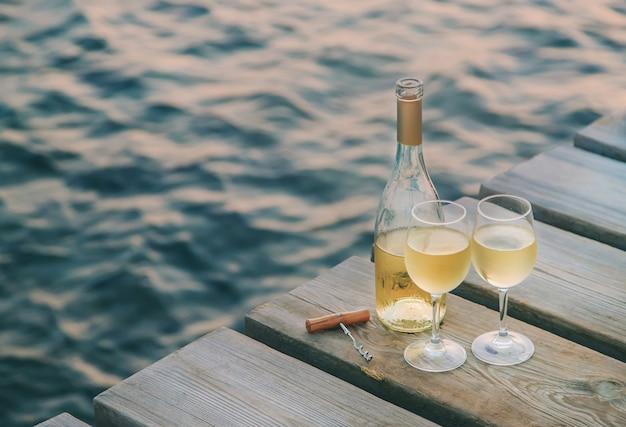 Bebe vino junto al mar