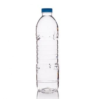 Beber agua en una botella de plástico transparente.