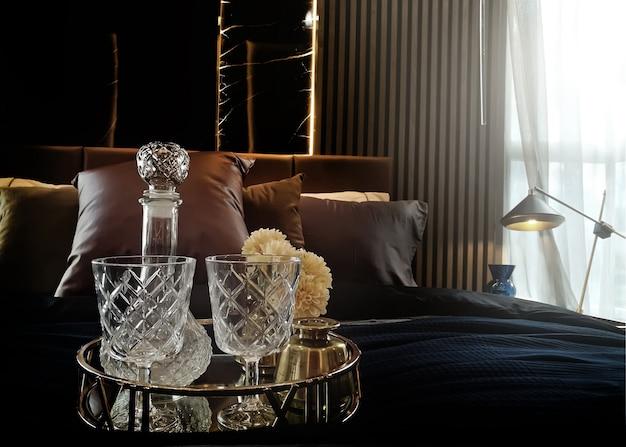 Beber alcohol vaso y botella en cama