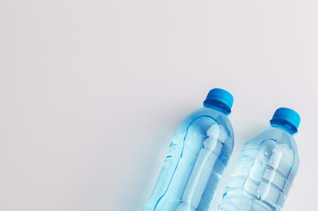 Beber en botella de plástico sobre fondo blanco.