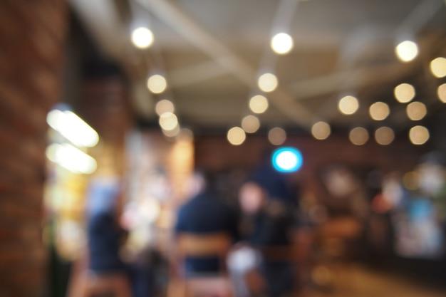 Beber café con amigos en la cafetería. fondo de lente borrosa.