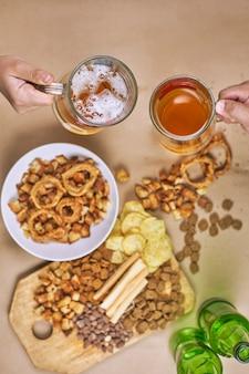 Beber cerveza. mesa llena de bocadillos de cerveza