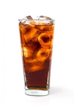 Beber cola con hielo en vaso sobre fondo blanco