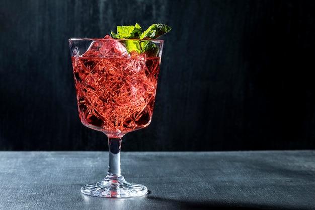 Beber con fruta en la mesa