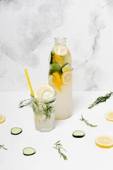 Beber con limón y pepinos