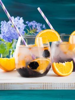 Beber con moras y naranja, hielo