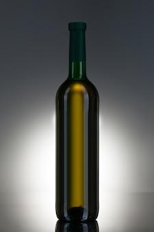 Bebida alcohólica en una botella de vidrio.