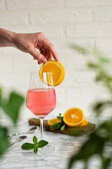 Bebida alcohólica con champán, rosa
