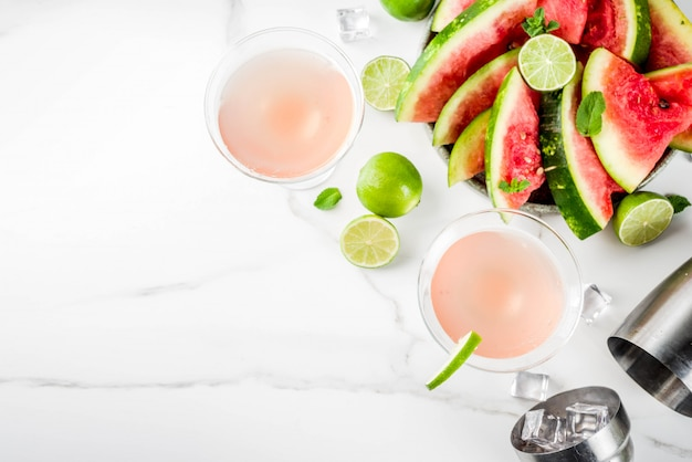 Bebida alcohólica de verano, cóctel de martini con sandía