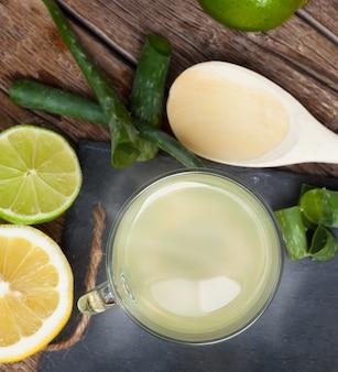 Bebida con aloe vera y limones.