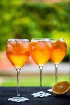 Bebida de aperitivo refrescante de verano aperol spritz