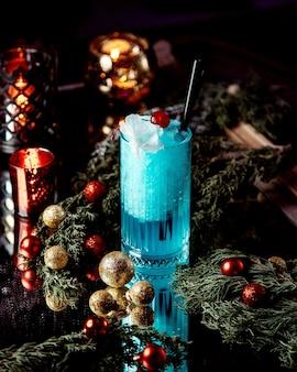 Bebida azul con nata montada encima