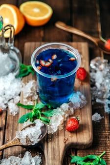 Bebida azul con rodajas de fresa