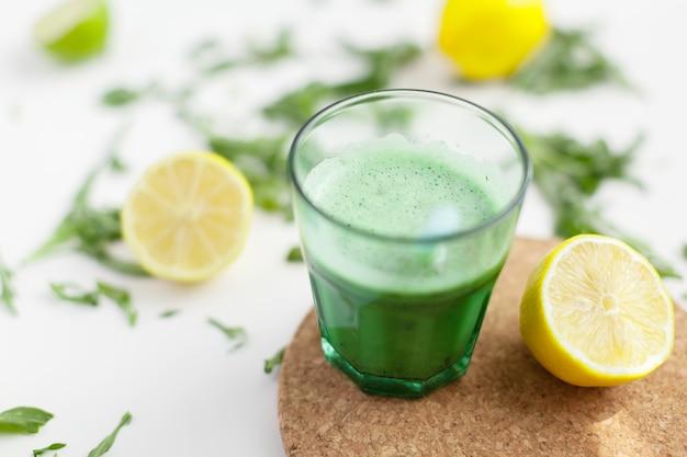 Bebida batida verde fresca