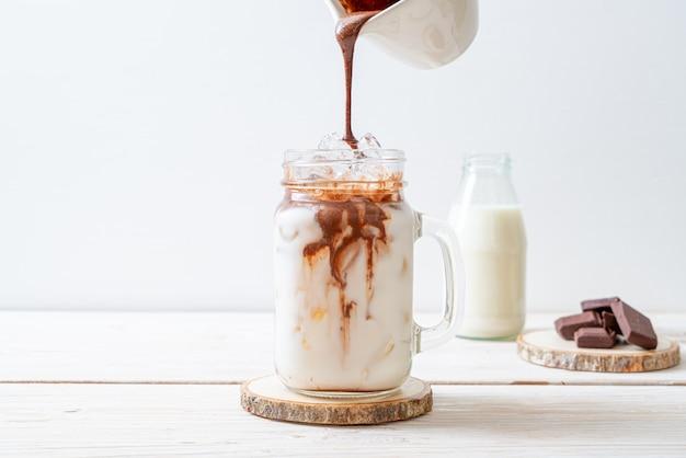 Bebida de batido de chocolate helado