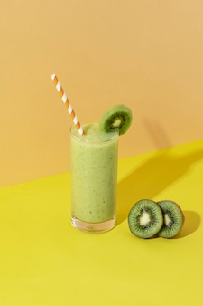 Bebida de batido de kiwi fresca y saludable