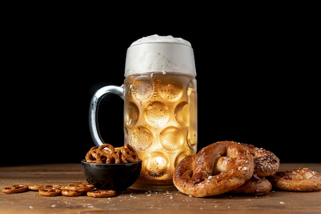Bebida bávara y aperitivos en una mesa de madera