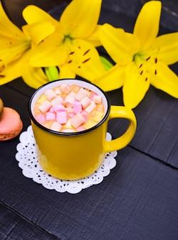 Bebida de cacao en una taza amarilla con malvavisco