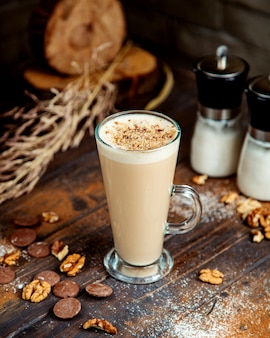 Bebida de café con galleta triturada y nueces